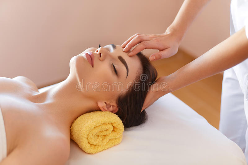 Stenmassage på white Härlig ung kvinna som får en framsidabehandling på Bea royaltyfri bild