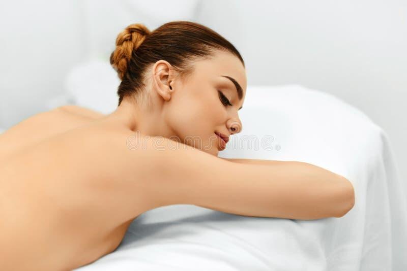Stenmassage på white olja för badskönhetsammansättning soaps behandling I den medicinska Spa salongen kvinna för vatten för brunn royaltyfri foto