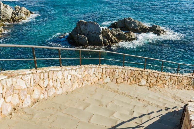Stenmoment ovanför havet royaltyfria bilder