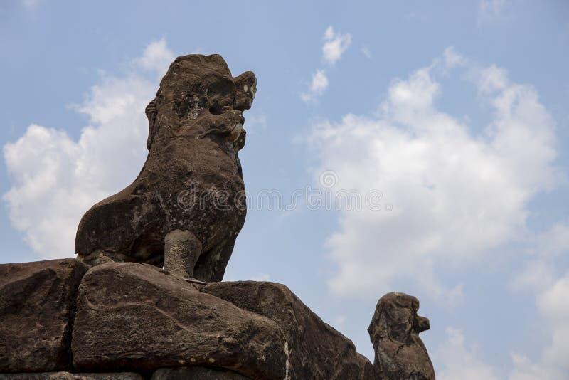 Stenmonument för forntida tempel av Roluos tempel, Cambodja Barong lejonstaty överst av den Bacong templet royaltyfri bild