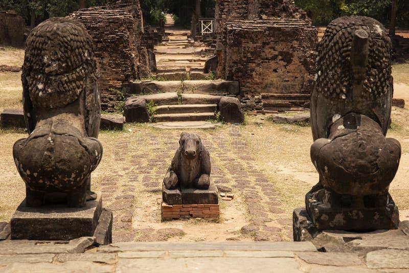 Stenmonument för forntida tempel i det Angkor Wat komplexet, Cambodja Nandi tjur och lejonstaty Skulptur för hinduisk tempel royaltyfria foton