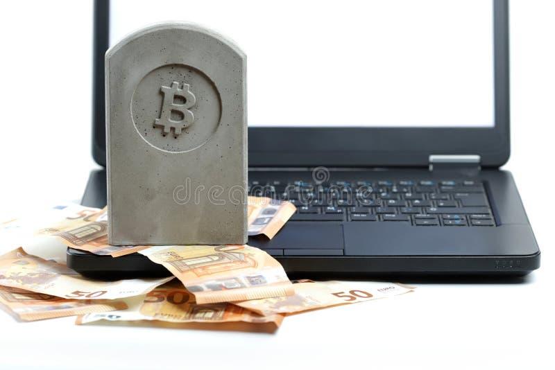 stenmonument/gravsten med bitcoinsymbolanseende på en hög av sedlar och en svart anteckningsbok royaltyfri bild