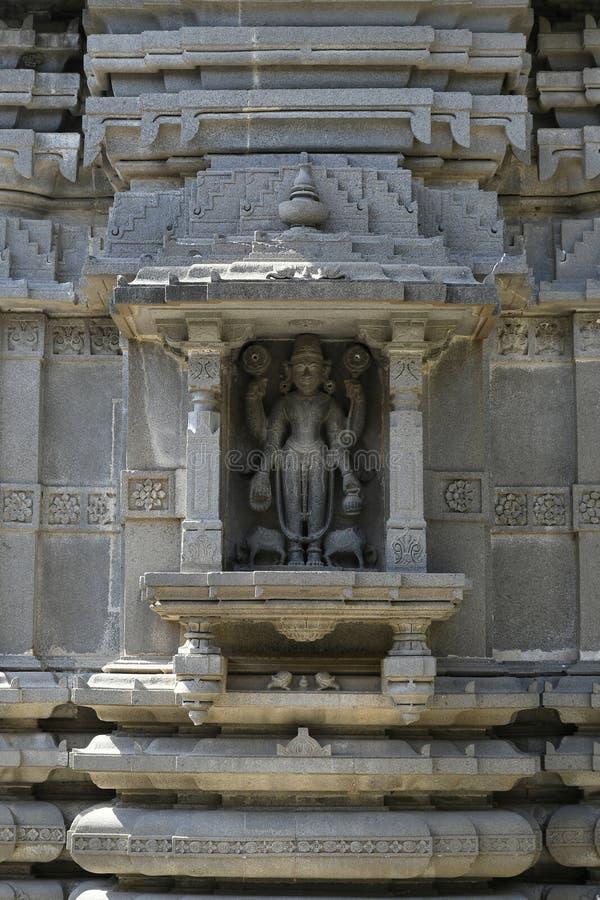 Stenmurverk Shikhara med carvings av statyn av Vishnu guden på den Vitthal templet, Palashi, Parner, Ahmednagar arkivbilder