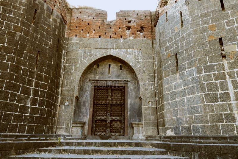 Stenmurverkvägg och maingate med den tunga dörren på Sardar Purandare Wada, Saswad, Pune royaltyfri bild