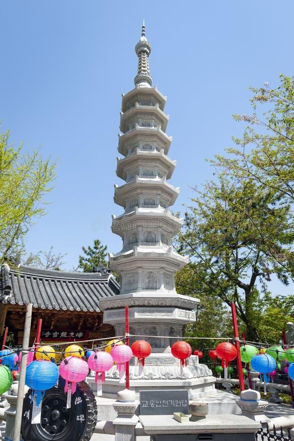 Stenpagod på ingången till den Haedong Yonggungsa templet, en buddistisk tempel och dragningar i Busan, Sydkorea royaltyfria bilder