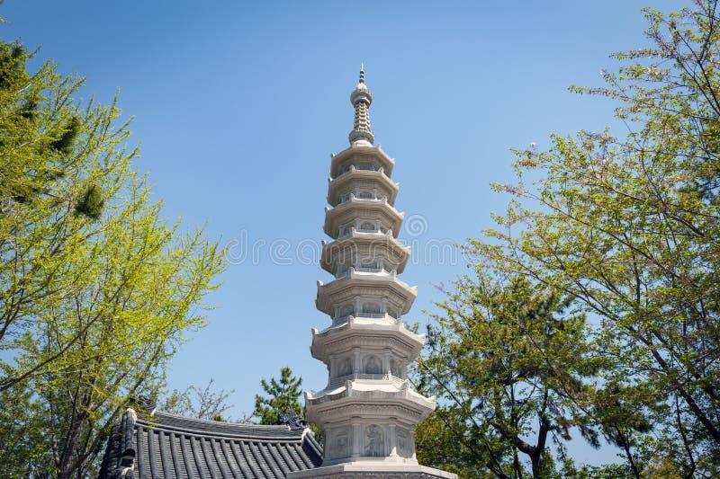 Stenpagod på ingången till den Haedong Yonggungsa templet, en buddistisk tempel och dragningar i Busan, Sydkorea arkivfoton