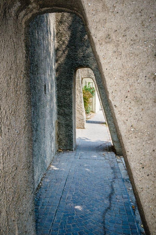 Stenpassage i tunnelformen, sirmione, arkivfoton