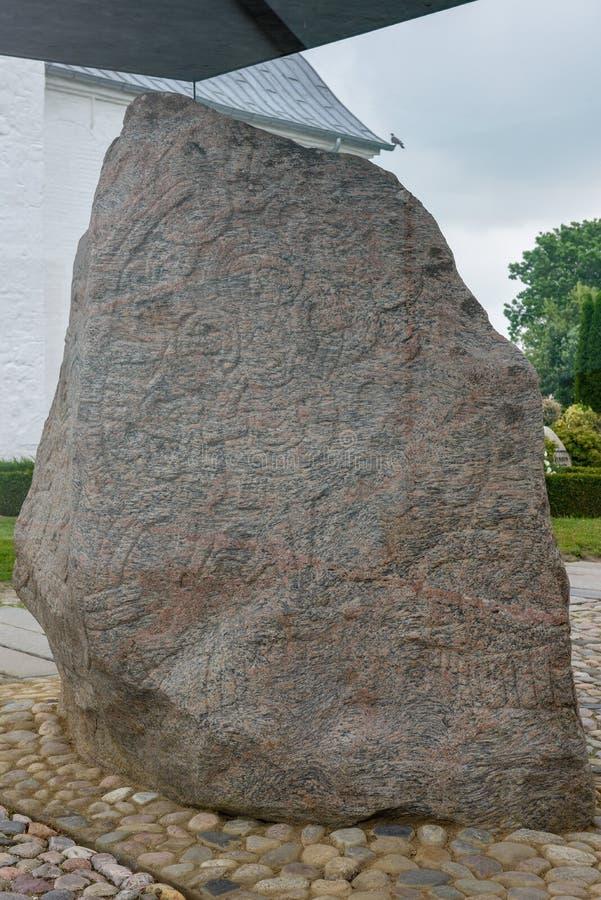 Stenpetroglyph av den arkeologiska platsen för viking på Jelling, Danmark royaltyfri foto