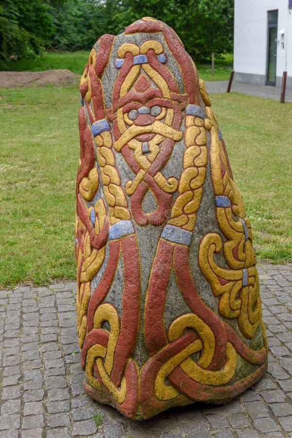 Stenpetroglyph av den arkeologiska platsen för viking på Jelling, Danmark royaltyfri fotografi