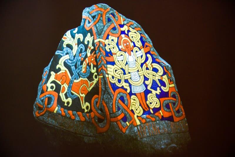 Stenpetroglyph av den arkeologiska platsen för viking på Jelling, Danmark royaltyfria bilder