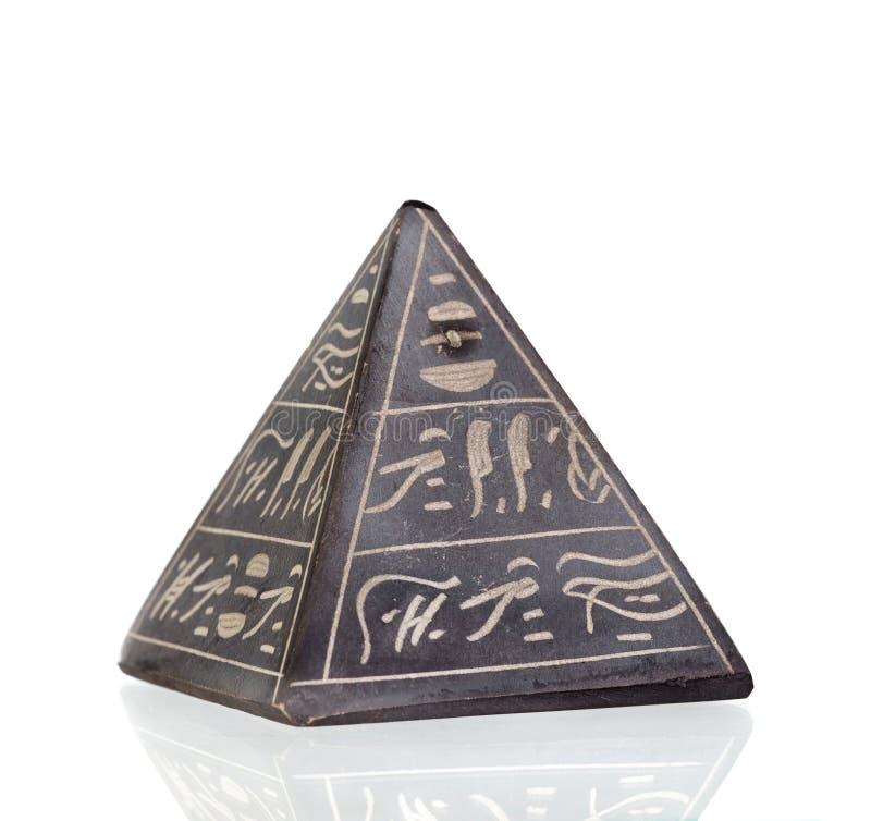 Stenpyramid med egyptiska inskrifter royaltyfri bild