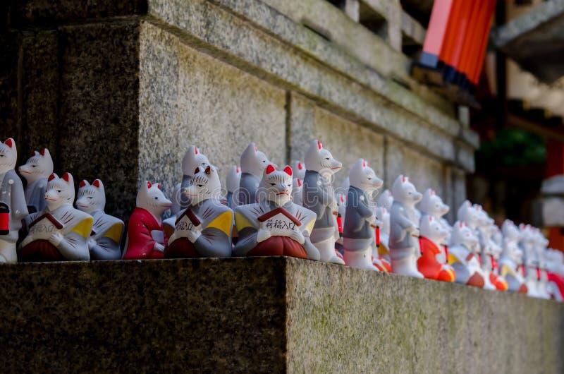 Stenräv på den Fushimi Inari relikskrin, Kyoto Japan royaltyfria foton