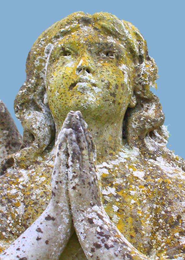 Stenskulptur av be för ängel royaltyfri foto