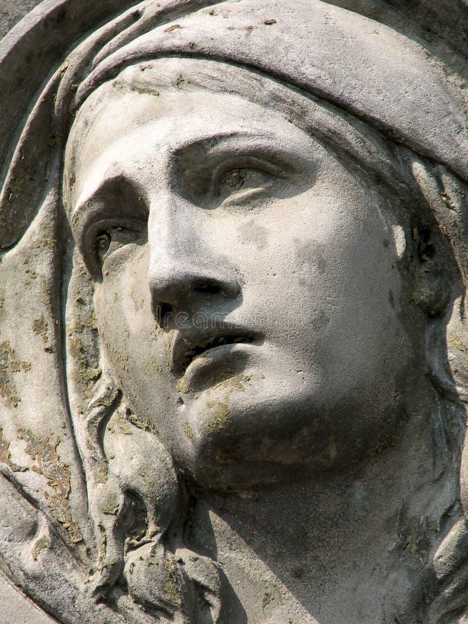 Stenskulptur av en sörja kvinna royaltyfria bilder