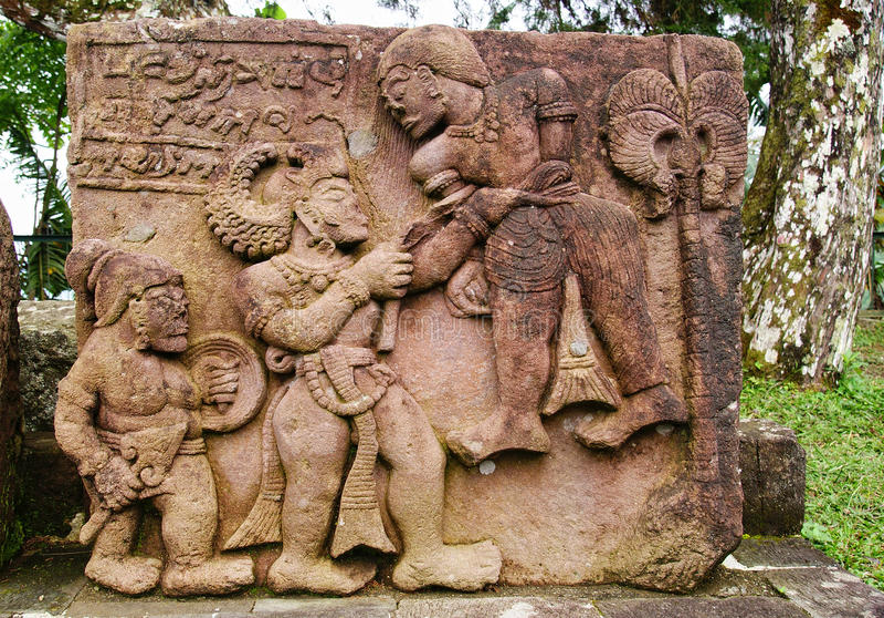 Stenskulptur och lättnad i den Sukuh templet royaltyfri foto
