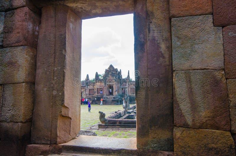 Stenslott med turister i fönstervy av väggen royaltyfria foton