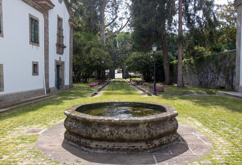 Stenspringbrunn i trädgårdarna som omges av träd av den Pazo de Mariñà ¡en n i Galicia, Spanien arkivfoton