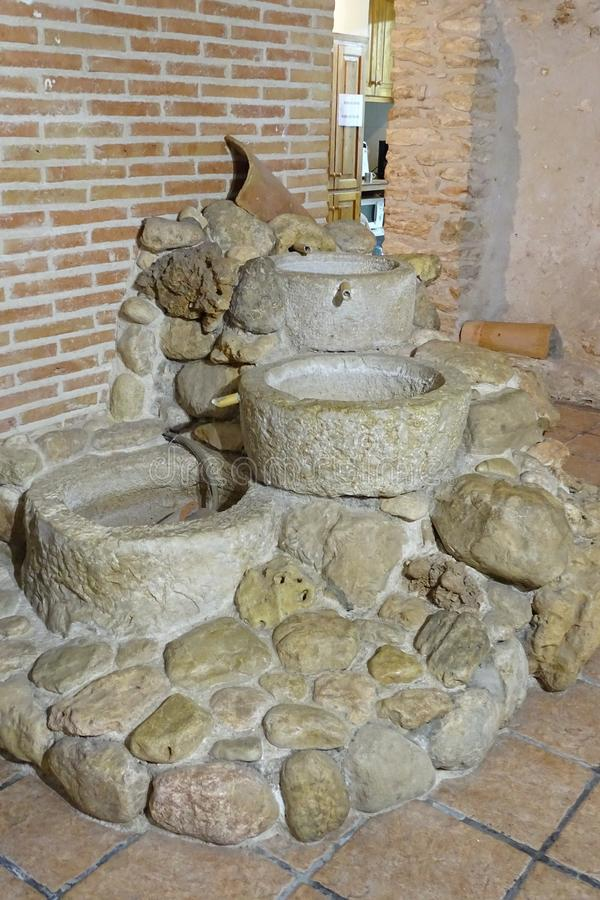 Stenspringbrunn inomhus royaltyfri fotografi