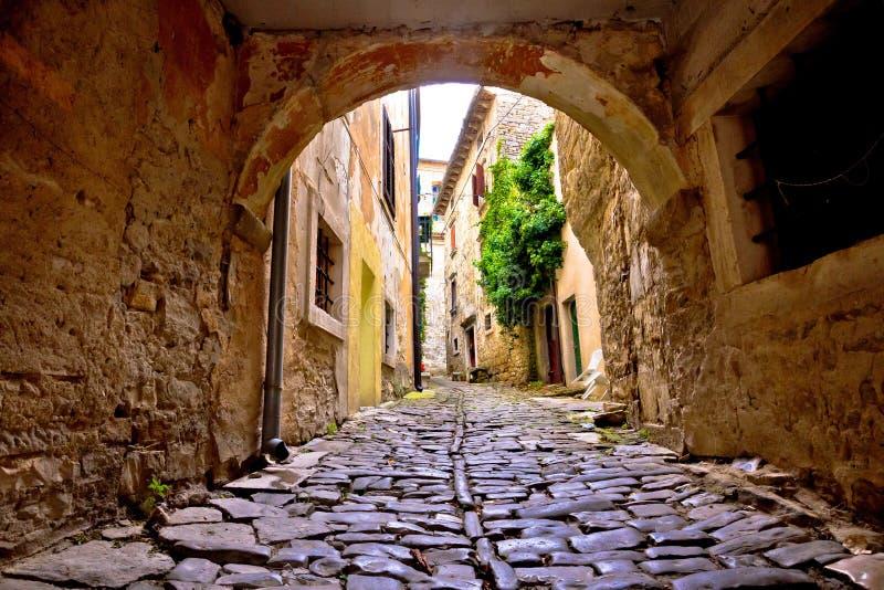 Stenstad av Groznjan den gamla gatan royaltyfri bild