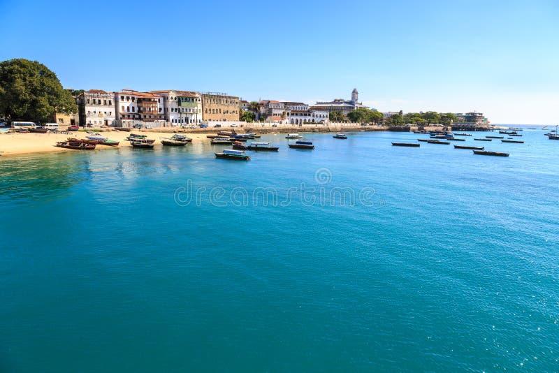 Stenstad Zanzibar som ses från vattnet arkivfoto