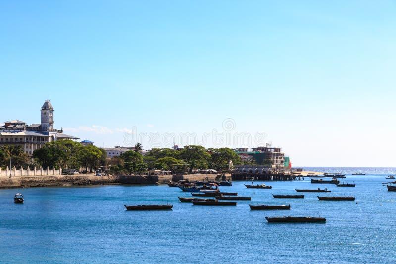 Stenstad Zanzibar som ses från vattnet fotografering för bildbyråer