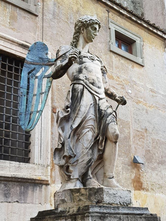 Stenstaty av en ängel i en slott royaltyfri foto