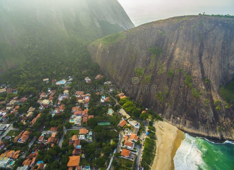 Stenstrand och berg Strandparadis Itacoatiara strand fotografering för bildbyråer