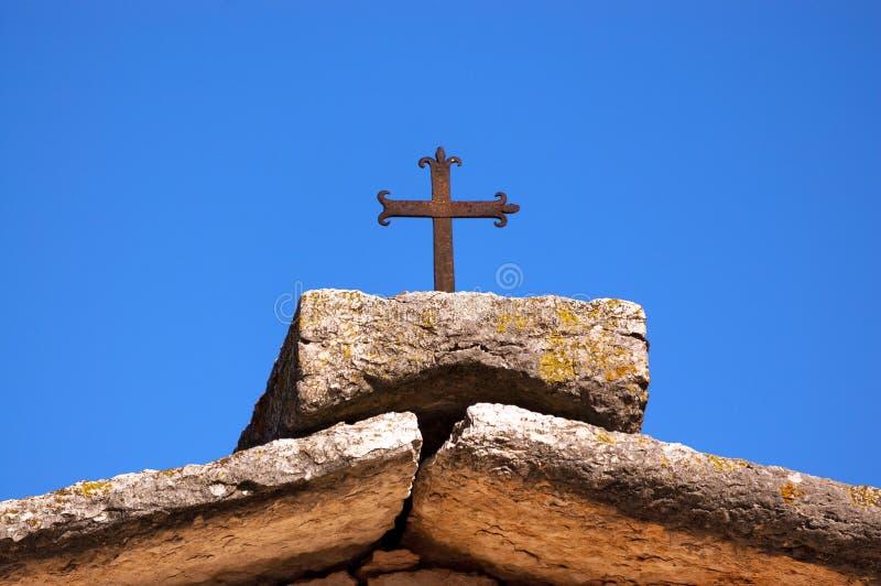 Stentak med en Cristian Cross - en Lessinia Italien royaltyfria bilder