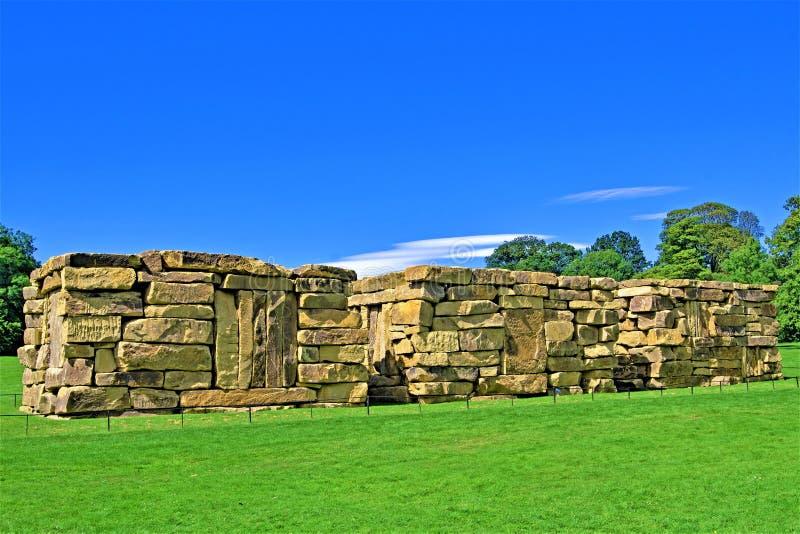 Stentempelskulptur i Yorkshire skulptur parkerar, västra Bretton, Wakefield royaltyfria foton