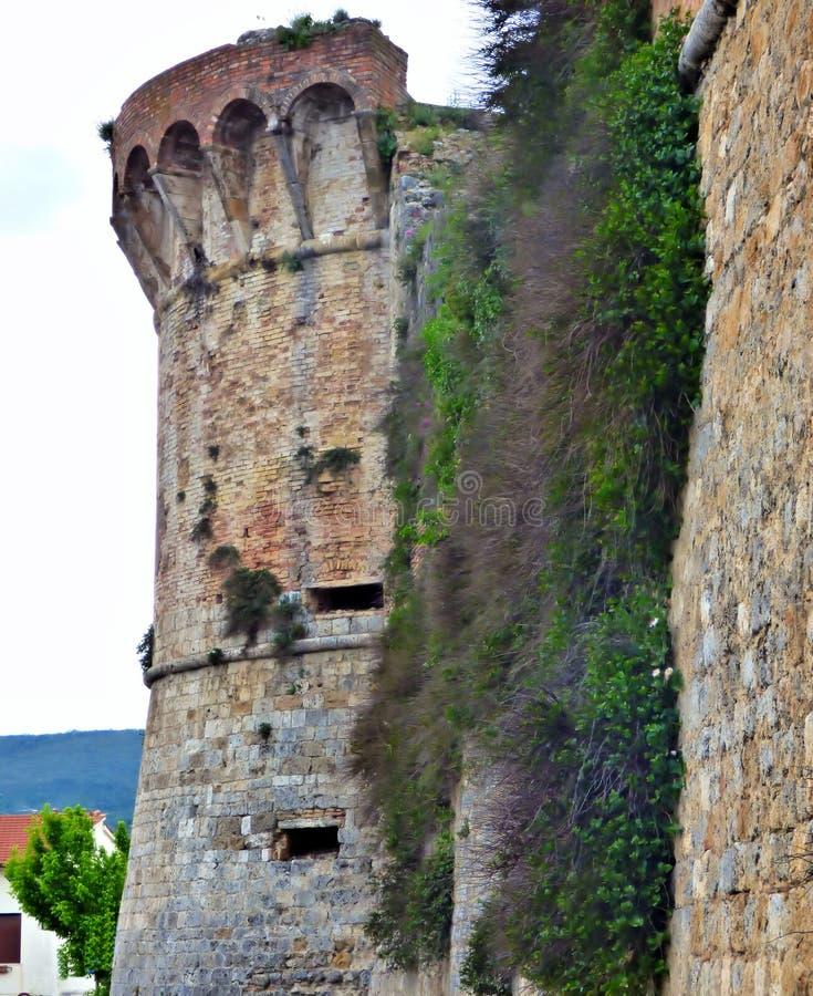 Stentorn på stadsväggen av Volterra royaltyfria foton