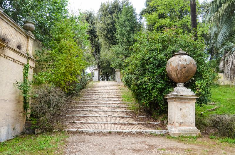 Stentrappan i villan Doria Pamphili parkerar i Rome royaltyfri foto