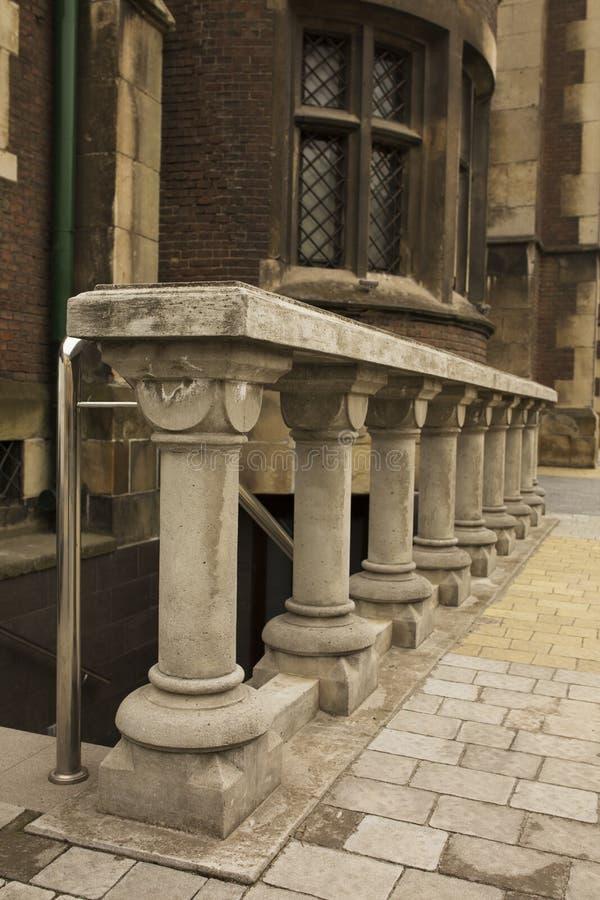 Stentrappuppgång med baluster nära gammal kyrka arkivfoto