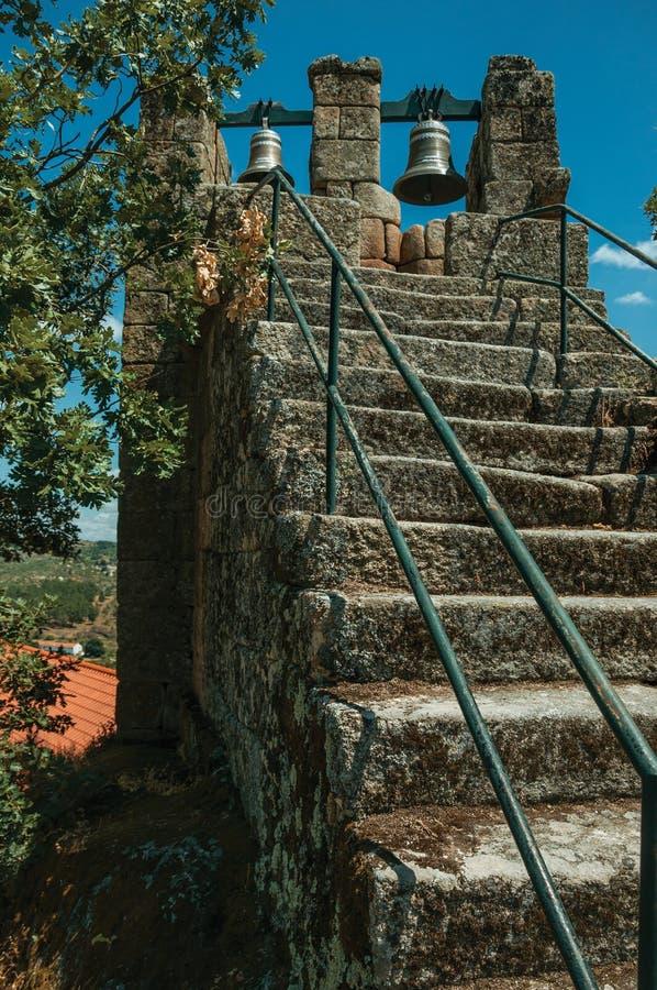 Stentrappuppgång med järnräcke- och bronsklockor royaltyfri bild
