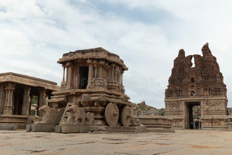 Stentriumfvagn i borggård av den Vittala templet i Hampi, Karnataka, Indien fotografering för bildbyråer