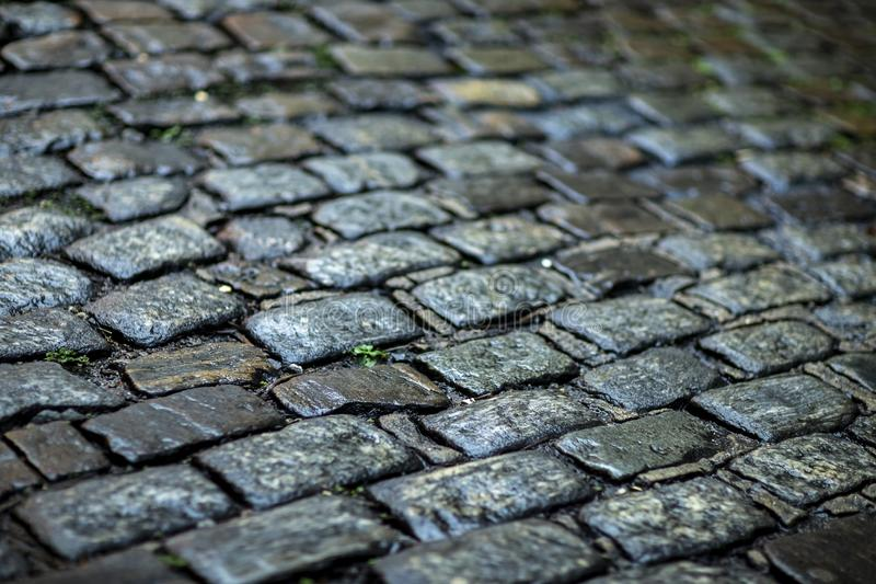 Stentrottoartextur cobblestoned granittrottoar f?r bakgrund royaltyfria foton