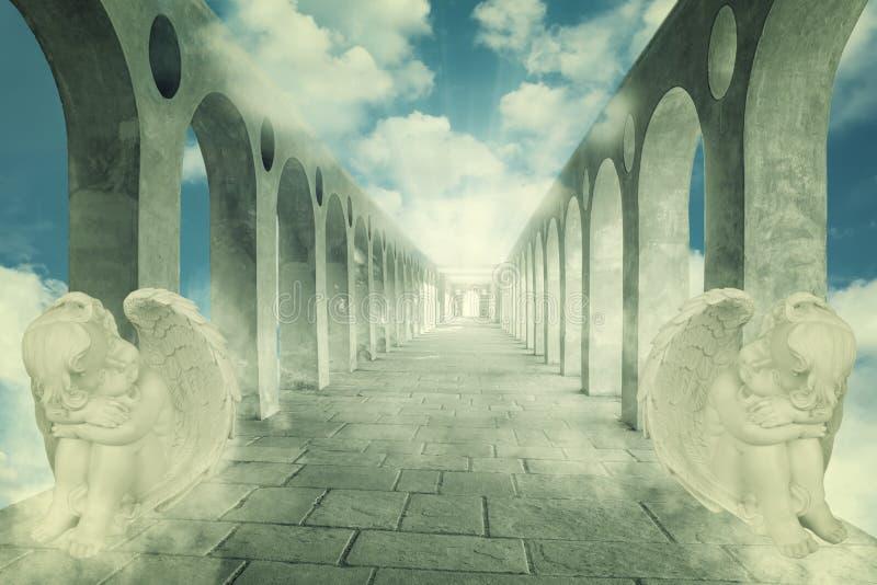 Stenväg med änglar arkivfoto