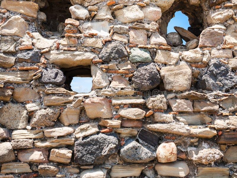 Stenvägg av den forntida slotten i Calatabiano arkivbilder