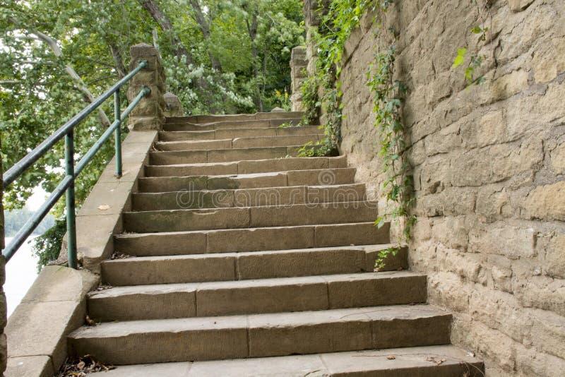 Stenvägg med trappan royaltyfria foton
