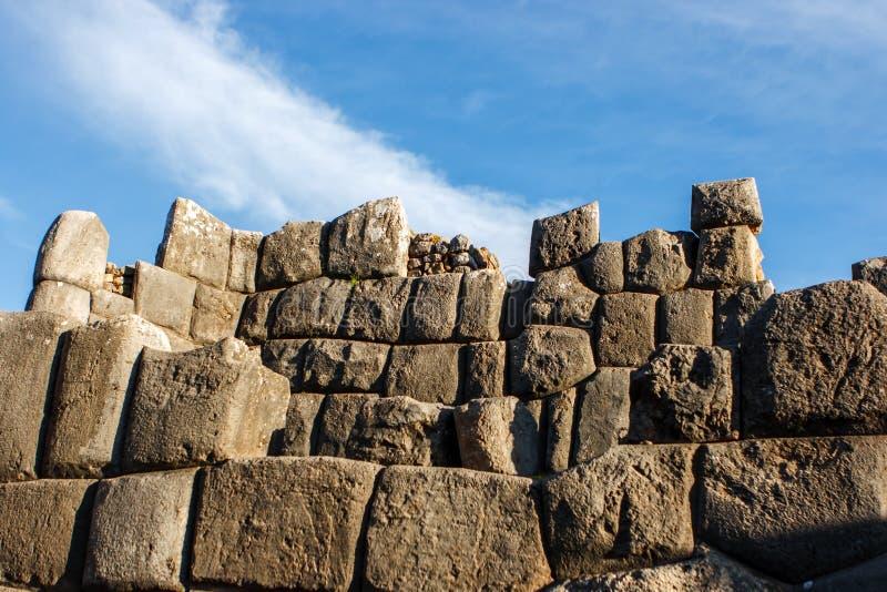 Stenvägg på Sacsayhuamanen, Cusco, Peru royaltyfri foto
