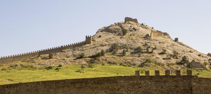 Stenväggarna av en forntida Genua fästning som lokaliseras på kullen i staden av Sudak royaltyfria bilder