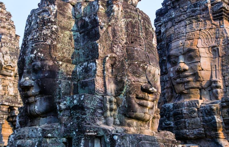 Stenväggmålningar och statyBayon tempel Angkor Thom Angkor Wat royaltyfri foto