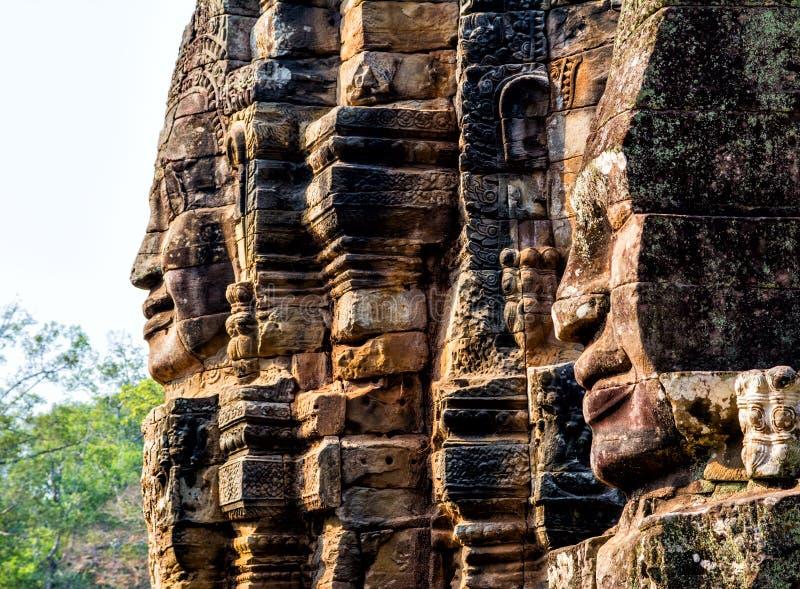 Stenväggmålningar och statyBayon tempel Angkor Thom Angkor Wat royaltyfria bilder