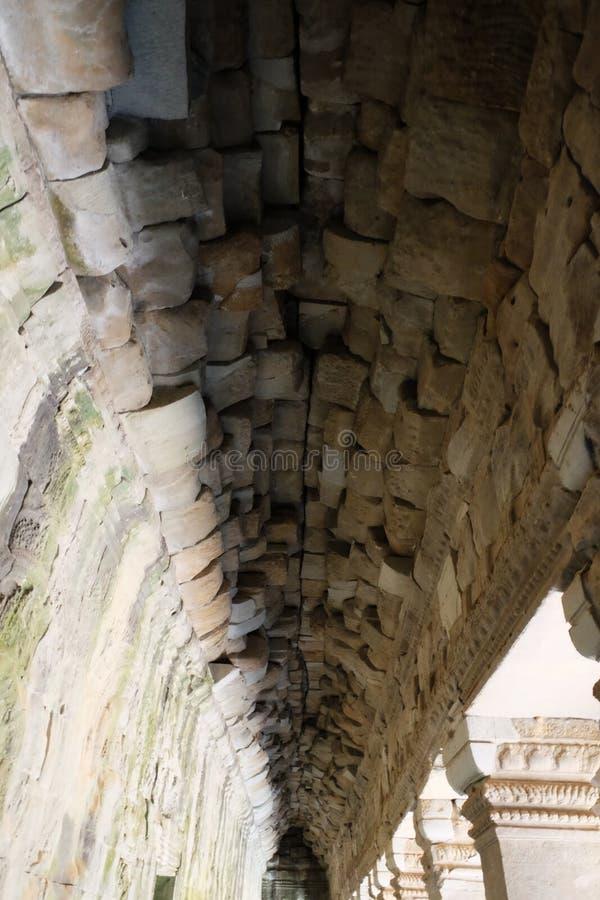 Stenvalv av en gammal byggnad Forntida stonework royaltyfria foton