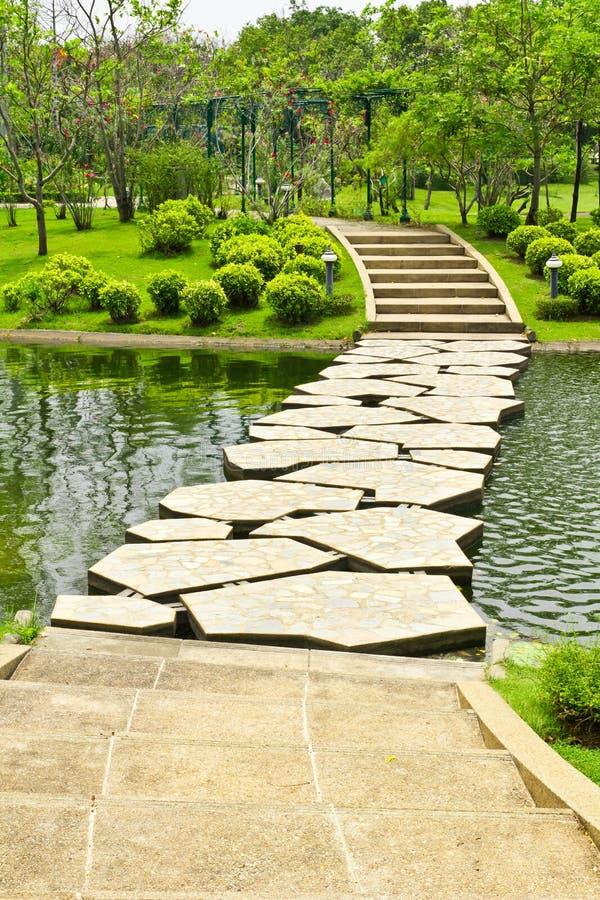 stenwalkwayvatten arkivbild