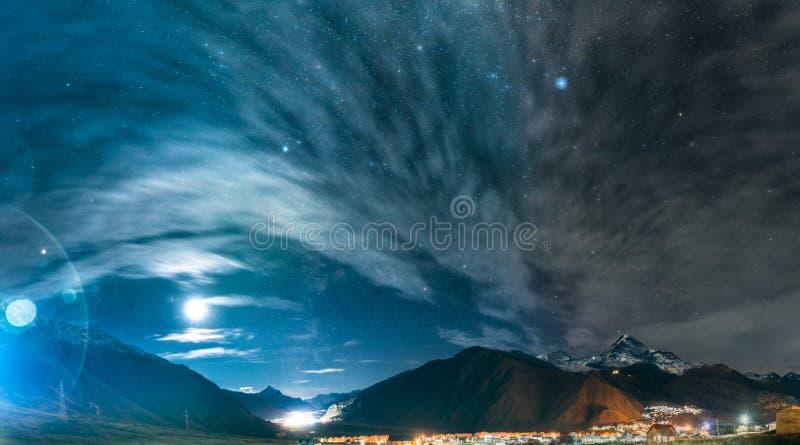 Stepantsminda, Geórgia Céu estrelado da noite acima de Geórgia bonito foto de stock