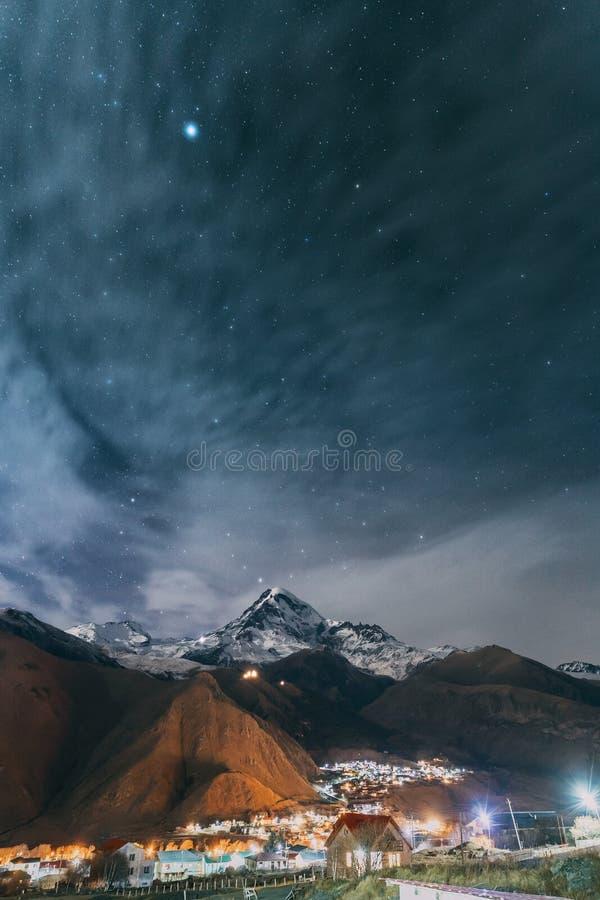Stepantsminda, Georgië Natuurlijke Nacht Sterrige Hemel met Gloeiende St stock afbeelding