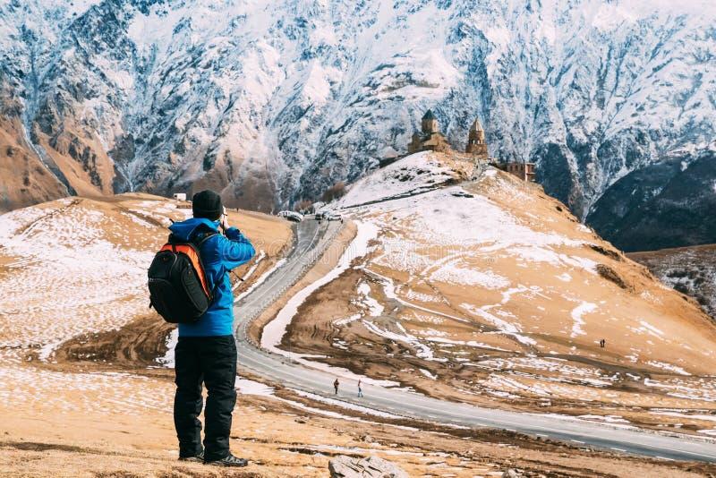 Stepantsminda, Gergeti, Georgië De Reiziger van Backpacker van de mensentoerist stock foto's