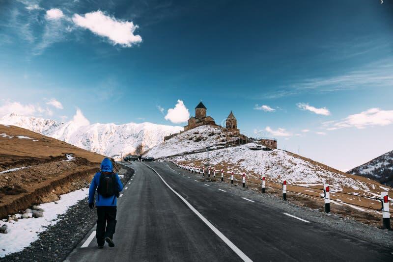 Stepantsminda, Gergeti, Gruzja Mężczyzny Backpacker Turystyczny podróżnik zdjęcie royalty free