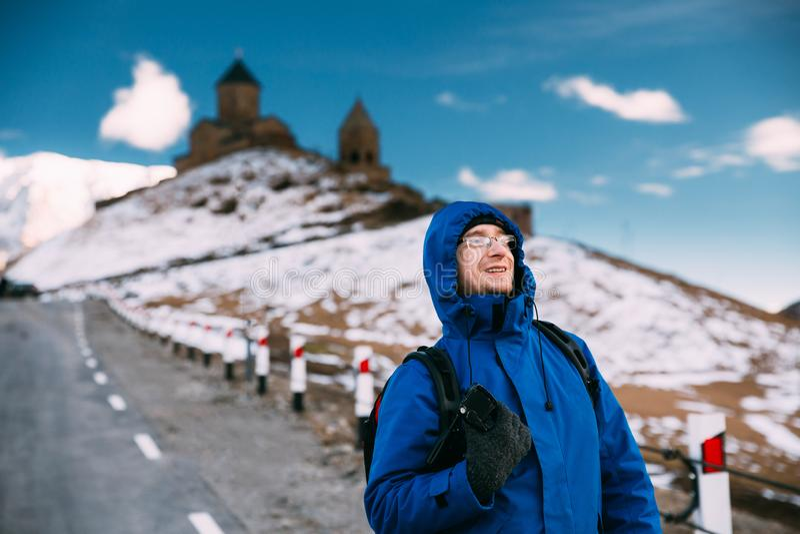 Stepantsminda, Gergeti, Gruzja Mężczyzny Backpacker Turystyczny podróżnik zdjęcia stock