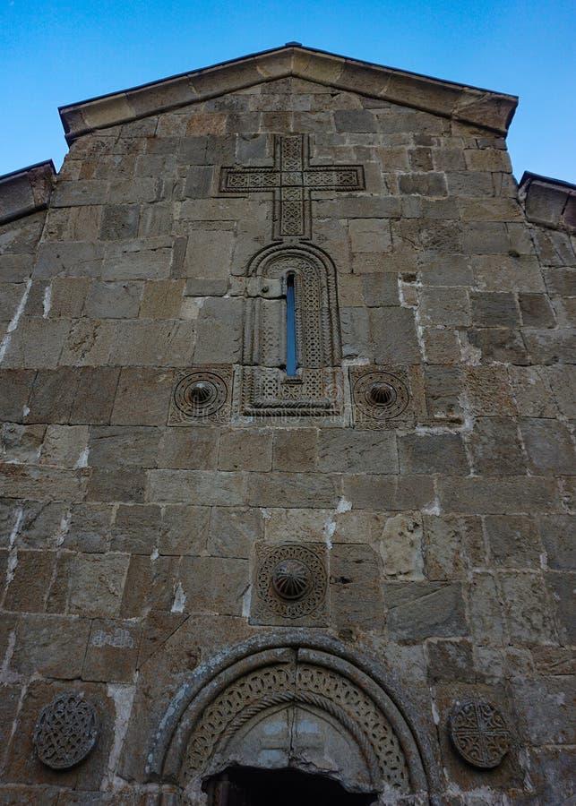 Stepantsminda Gergeti kościół Rzeźbiący krzyż zdjęcia royalty free